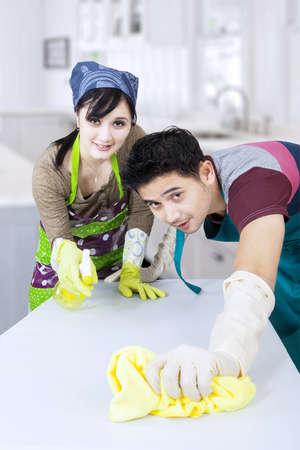 mujer limpiando: Pareja asi�tica limpieza nuevo hogar Foto de archivo