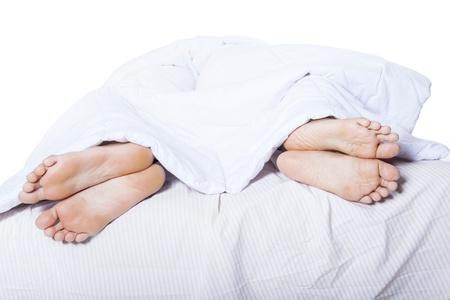 man and woman sex: Крупный план ног пары которые подрались на кровати