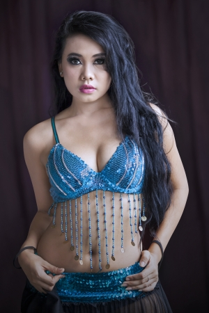 bailarinas arabes: Atractivo bailarina del vientre �rabe en traje azul Foto de archivo