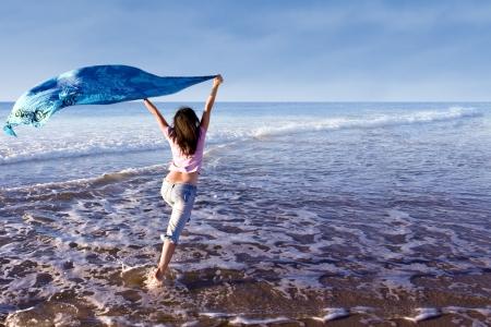 Una mujer corriendo en la playa Foto de archivo