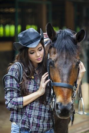 ranchito: Una amistad entre la muchacha y el caballo Foto de archivo