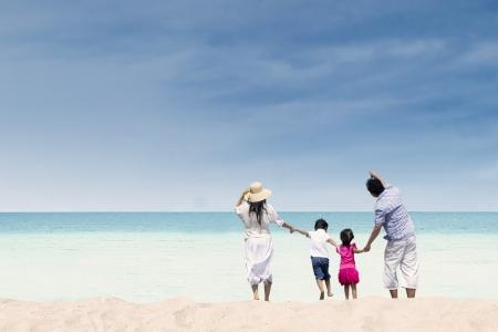 strand australie: Gelukkige familie op whitehave strand, Australië Stockfoto