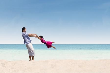 padre e hija: Padre e hija tiempo feliz en la playa
