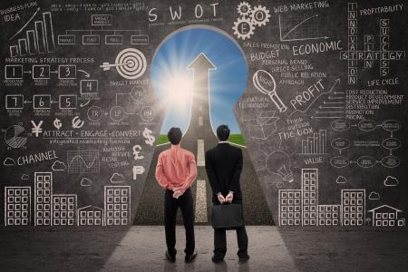 verhogen: Zakenpartner blik op marketing succes concept door een sleutelgat