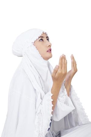 femmes muslim: Belle femme musulmane prier sur fond blanc Banque d'images