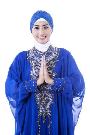 Mooie Aziatische moslim vrouw lachend geïsoleerd op wit Stockfoto