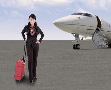 viajero: Empresaria poner la maleta en el aeropuerto, listo para abordar el avi�n