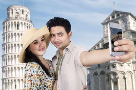 pisa: Aziatische paar is het nemen van een foto in Rome, Italië Stockfoto