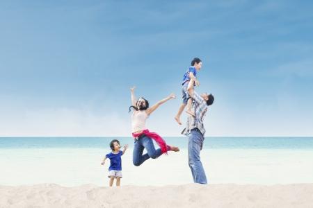 genießen: Asiatische Familie, die Spa?am Strand Lizenzfreie Bilder