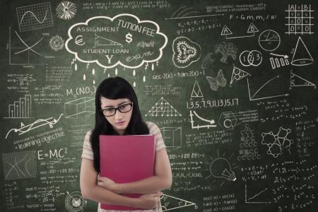 naar beneden kijken: Aziatische vrouwelijke student naar beneden kijken in de klas