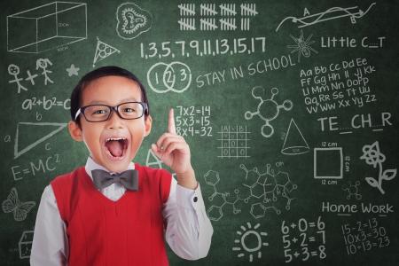 ni�os en la escuela: Estudiante Muchacho alegre tiene idea en el aula