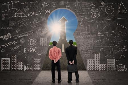 llave de sol: Dos hombres de negocios que buscan a través de ojo de cerradura de una muestra de la flecha hacia arriba, dentro de un aula