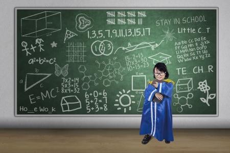 prodigy: Ragazza asiatica che indossa blu di graduazione libro partecipazione uniforme in classe