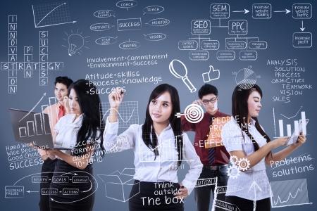 Drukke team werken achter transparant blauwe achtergrond Stockfoto