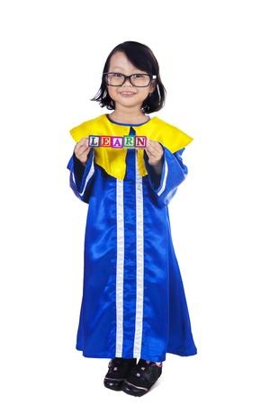 niños chinos: Imagen de la longitud completa de una niña pequeña celebración APRENDER cubo en el fondo blanco Foto de archivo