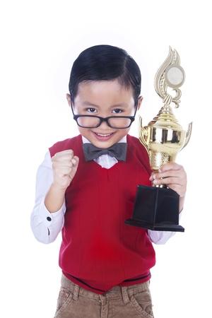 trofeo: Hermoso niño pequeño tropy celebración en el fondo blanco