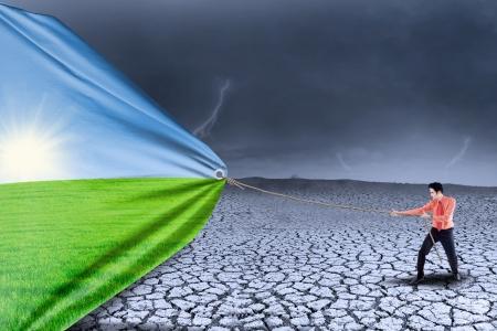 ecosistema: Hombre de negocios est� cambiando el clima y el tiempo de la sequ�a de la temporada de primavera
