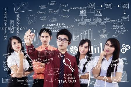 � teamwork: Team manager affari sta scrivendo su sfondo trasparente blu