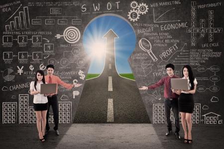 swot: Business team attuale di marketing di successo su strada attraverso un foro chiave
