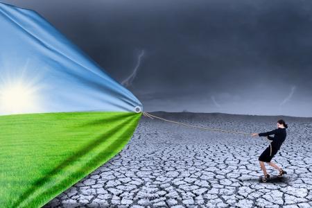 klima: Geschäftsfrau verändernden Realität der Dürre zu Frühjahrssaison