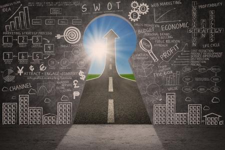 Business marketing succes strategie doodle en pijl omhoog teken door een sleutelgat
