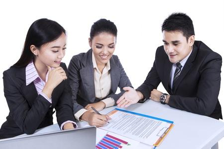 白い背景で隔離の会議で忙しい 3 つのアジア事業チーム