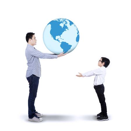 아버지가 아들에게 지구를 지나가는의 개념 흰색 배경에 고립