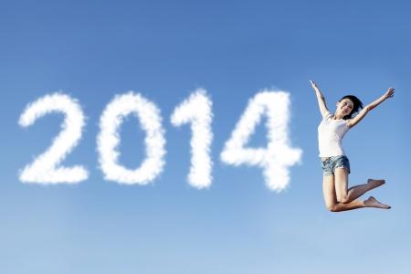 anunciar: Emocionado ni�a saltando anunciar Feliz A�o Nuevo en el cielo azul