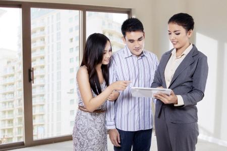 タブレットで彼女の製品を示す若い実業家