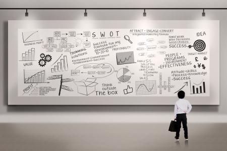 planche: Un petit gar�on est debout en face de panneau blanc Banque d'images