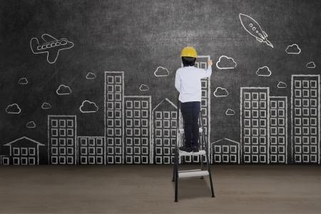 Zakenman tekening stadsgezicht staande op een ladder