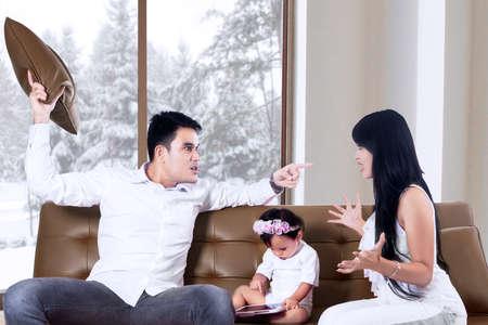 pareja discutiendo: Los padres que luchan frente a su hija