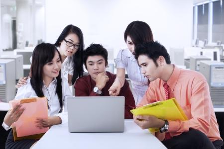 business smile: Grupo de empresarios de intercambio de ideas juntos en la sala de reuniones