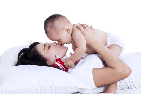 m�re et enfants: Portrait de jeune m�re jouant avec le petit b�b�. isol� sur blanc Banque d'images
