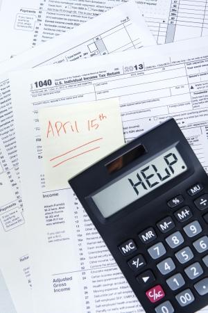 retour: Belasting tijd concept met een officiële VS belasting formulier, rekenmachine, en de dag fiscale april 15