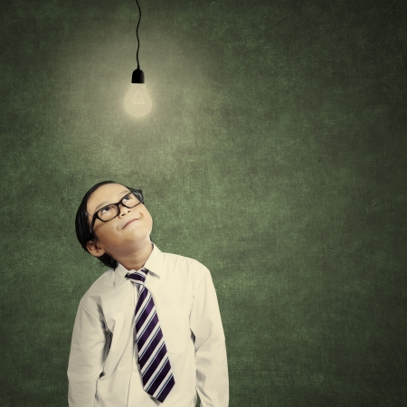 Close-up von einem jungen Geschäftsmann, der kleine Lampe leuchtet in der Klasse