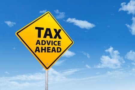 retour: Fiscaal advies concept met teken post onder de blauwe hemel Stockfoto