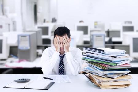Portrait d'homme d'affaires épuisé car surchargé