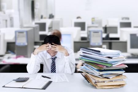 frustrace: Bojíš se mladý podnikatel, díval se na dokumenty v kanceláři