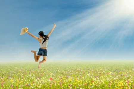 fille indienne: Heureux belle femme saute sur le parc