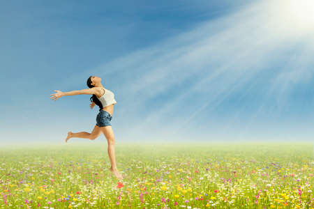 morning sky: Felice giovane donna � il salto sul parco