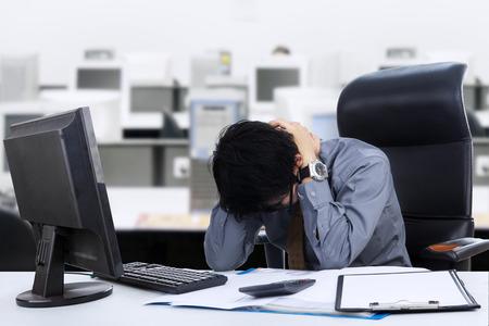 Jonge zakenman stress in het kantoor Stockfoto