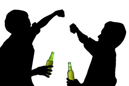 borracho: Silueta hombres borrachos peleas, mientras sostiene una botella de cerveza
