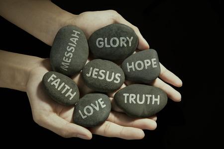 Muž, který držel kameny s náboženstvím textem v dlani