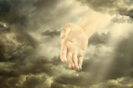manos orando: La mano de un dios del cielo