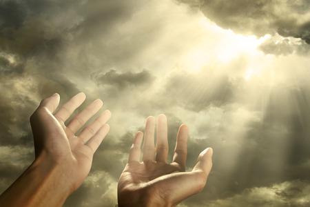 Handen van een man te bereiken om naar hemel