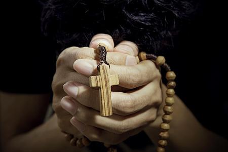 różaniec: Chrześcijanin modli się z różańcem w ręku Zdjęcie Seryjne
