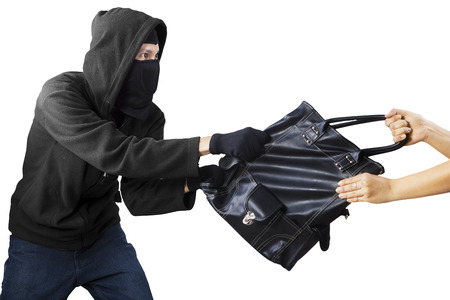 delincuencia: Ladr�n robar el bolso de una mujer. aislado en blanco Foto de archivo