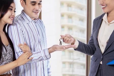 Paar erhält einen Schlüssel zu ihrer neuen Wohnung Standard-Bild