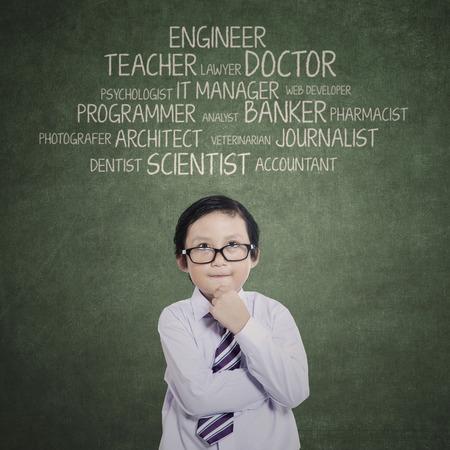 smart: Portret van jonge jongen denken zijn aspiraties